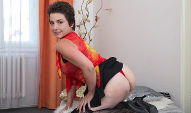Hot Hairy Housewife Gets Her Pussy All Wet - Mature.nl