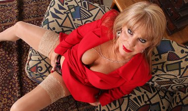 Hot American Housewife Pleases Herself - Mature.nl