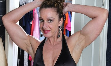 Muscled American Housewife Playing with Her Very Big Clit - Mature.nl