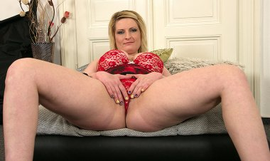 Horny Blonde Housewife Playing with Her Wet Pussy - Mature.nl