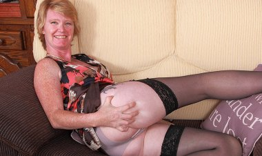 Naughty British Housewife Playing with Her Wet Pussy - Mature.nl