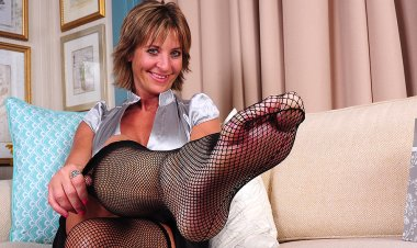 Naughty American Housewife Fingering Her Ass - Mature.nl