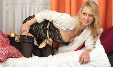 Hot Blonde Housewife Playing with Her Dildo - Mature.nl