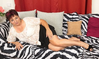 This Unshaved Mature Lady Loves to Play with Herself - Mature.nl