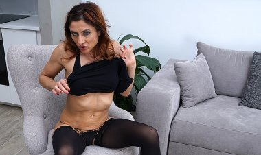 This Naughty Mom Loves to Play with Herself - Mature.nl