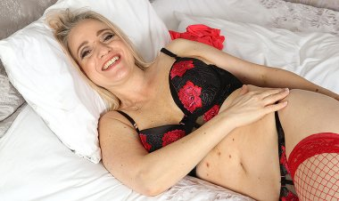 Naughty Mom Playing with Herself in Bed - Mature.nl