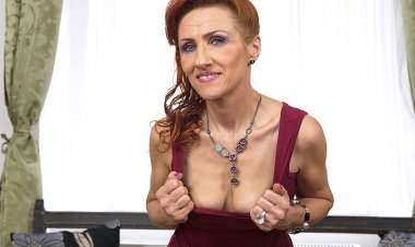 This Naughty Mature Slut Can Squirt like a Firehose - Mature.nl