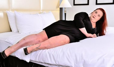 Curvy Mama Playing with Herself - Mature.nl