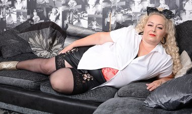 Naughty Curvy Mama Playing with Herself - Mature.nl