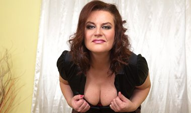Horny Mature Temptress Playing with Herself - Mature.nl