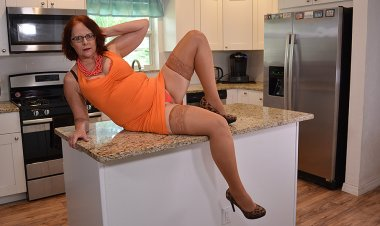 This Naughty Mature Lady Masturbates with a Toy - Mature.nl
