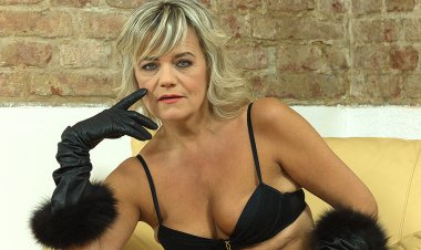 Naughty cougar fingering herself on the couch - Mature.nl