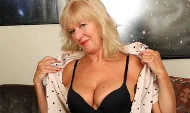 Horny Housewife Getting Herself Wet and Wild - Mature.nl