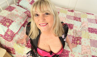 Curvy Housewife Getting Wet in Bed - Mature.nl
