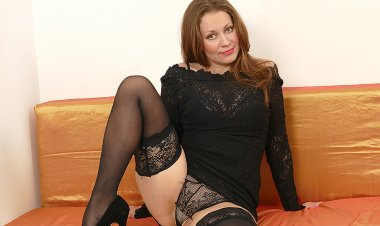 This Hot Housewife Loves to Play Alone - Mature.nl