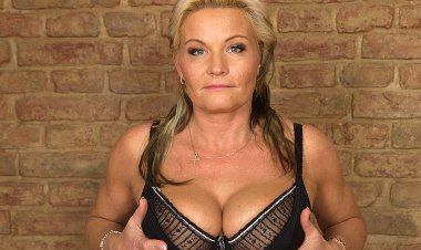 Naughty Housewife Getting Wet and Wild - Mature.nl