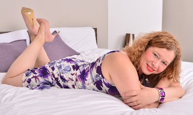 British Housewife Getting Wet and Wild in Bed - Mature.nl