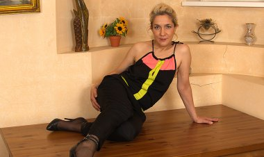 Horny Housewife Pleasing Herself at the Dinner Table - Mature.nl