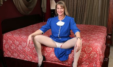 Naughty American Housewife Playing in Bed with Her Pussy - Mature.nl