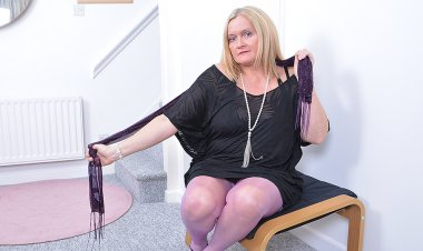 Curvy British Housewife Playing with Herself - Mature.nl