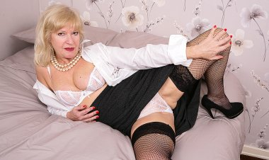 Naughty and Very Horny Housewife Gets Wet - Mature.nl