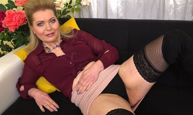 Naughty Housewife Feeling Herself up - Mature.nl
