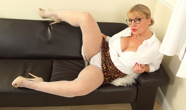 Hot Curvy Housewife Playing with Herself - Mature.nl