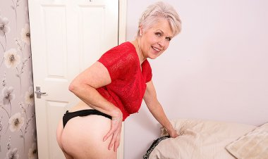 Naughty Mature Lady Sextasy Playing with Her Pussy - Mature.nl