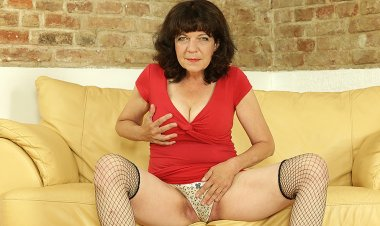 Hairy Housewife Shaving and Playing with Her Pussy - Mature.nl