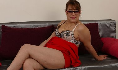 Horny Housewife Pleases Herself - Mature.nl