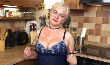 Naughty Housewife Playing in the Kitchen - Mature.nl
