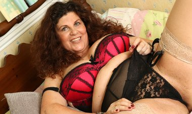 Curvy Gilly Samson Playing with Her Wet Pussy - Mature.nl