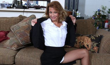 Naughty American Secretary Playing with Her Pussy - Mature.nl