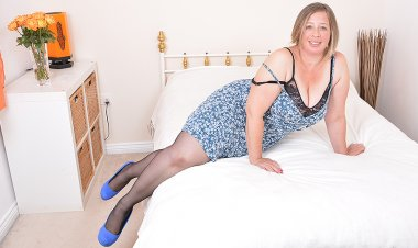 Chubby British Housewife Getting Wet and Wild - Mature.nl