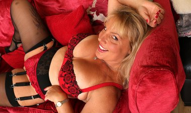 This Naughty Mom Loves to Play with Her Wet Pussy - Mature.nl
