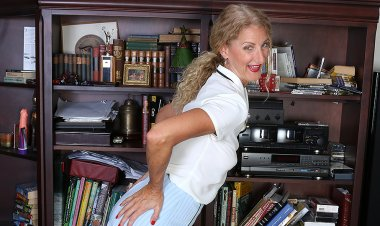 Horny American Librarian Playing with Her Wet Pussy - Mature.nl