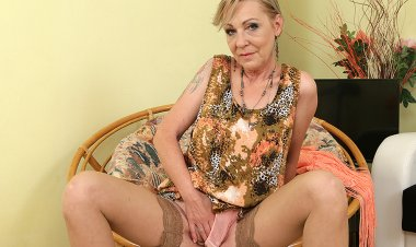 Naughty Housewife Playing with Her Unshaved Pussy - Mature.nl