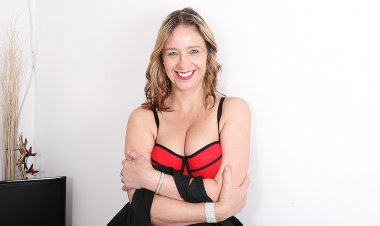 This Naughty British Mom Loves to Play Alone - Mature.nl