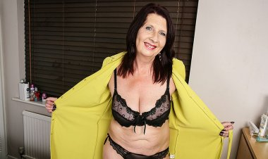 Horny British Housewife Shows Her Knockers and Gets Her Pussy Wet - Mature.nl