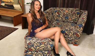 American Housewife with Long Legs Playing with Her Pussy - Mature.nl