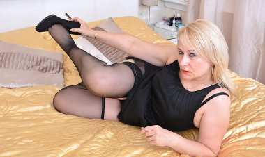 British Chubby Housewife Playing with Herself - Mature.nl