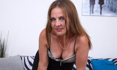 Naughty Housewife Masturbating on Her Couch - Mature.nl