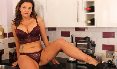 Hot British MILF Playing Woth Her Pussy in the Kitchen - Mature.nl
