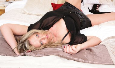British Housewife Showing You Her Dirty Little Secrets - Mature.nl
