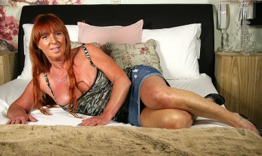 Belgian Housewife Playing with Her Wet Pussy - Mature.nl