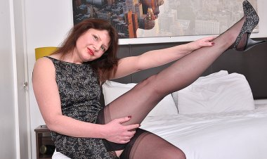 Hairy British Housewife Playing with Her Pussy - Mature.nl