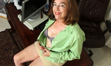 Hairy American Mature Lady Playing with Herself - Mature.nl