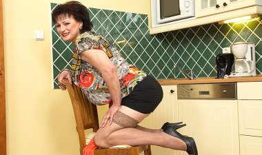 Naughty Chubby Mature Lady Getting Wet in Her Kitchen - Mature.nl