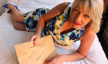 British Mature Amy Trying out a Dildo Received from a Fan - Mature.nl
