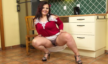 Cute Chubby Housewife Playing with Herself - Mature.nl